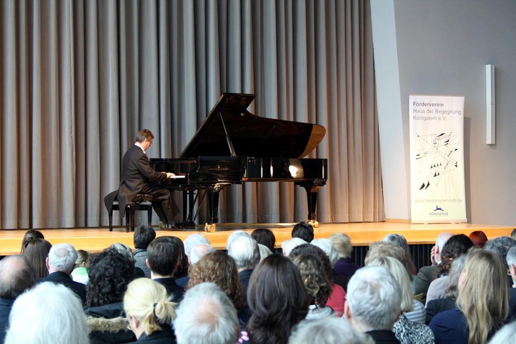 Pianist Kolf Kohlrausch spielt und erläutert Stücke von Schubert, Beethopven und Debussy.