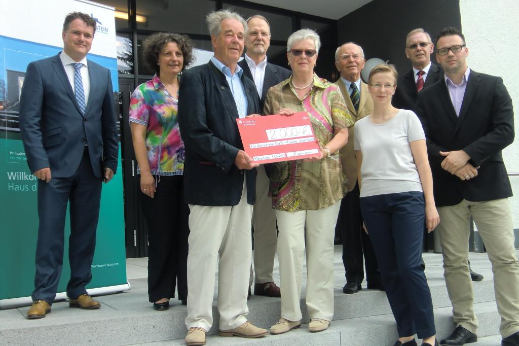 Prof. Winfried Hofmann und seine Gattin Helga (vierter und fünfte von links) übergeben an unseren Vorsitzenden Manfred Colloseus den symbolischen Scheck.